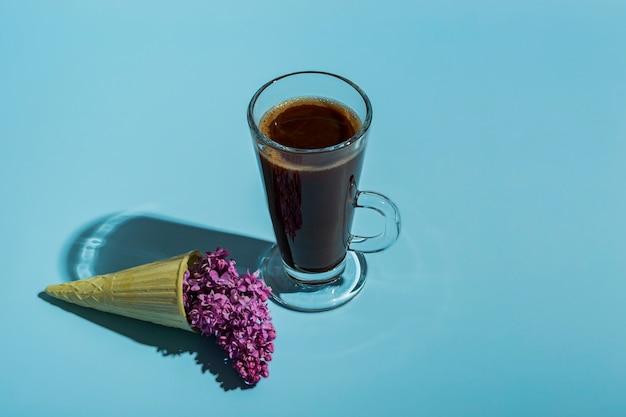 Chocolate quente criativo, lilás em um cone de waffle em um fundo colorido