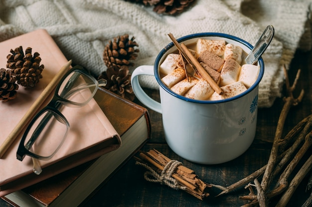 Chocolate quente de close-up com livros