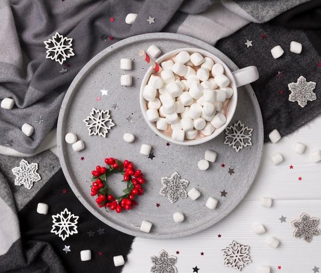 Chocolate quente de natal ou café com marshmallow na mesa de madeira branca com enfeites de natal
