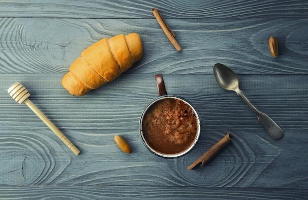 Chocolate quente e croissant
