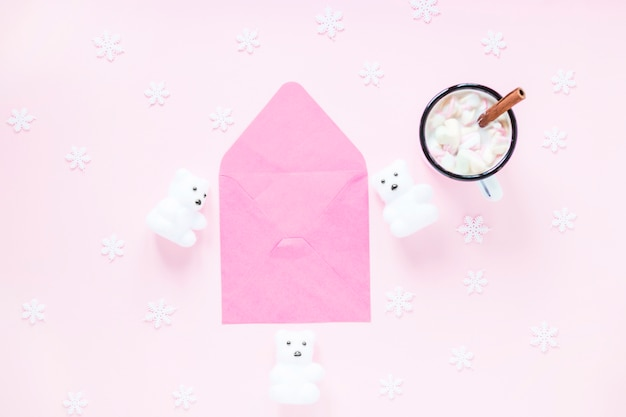 Chocolate quente e flocos de neve perto de envelope e ursos