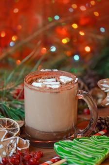 Chocolate quente e marshmallow na mesa de madeira