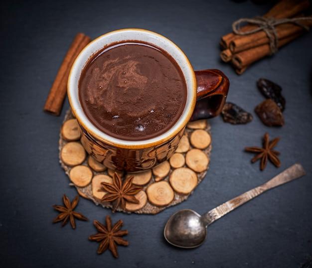 Chocolate quente em uma caneca marrom