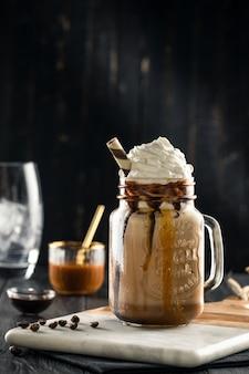 Chocolate quente frio na garrafa