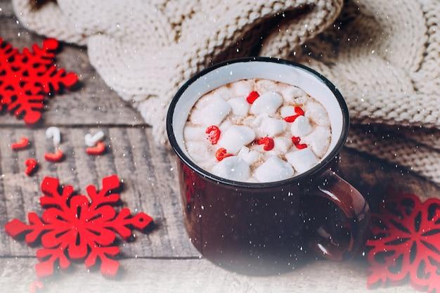 Chocolate quente, marshmallow e bastão de doces. bebida tradicional do natal do inverno. ti de férias