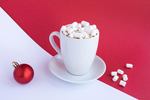 Chocolate quente ou cacau com marshmallows na xícara branca