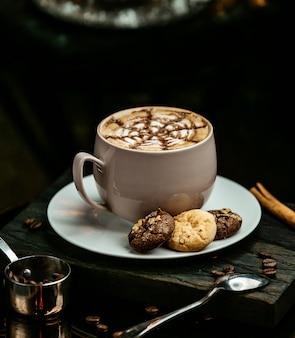 Chocolate quente servido com biscoitos