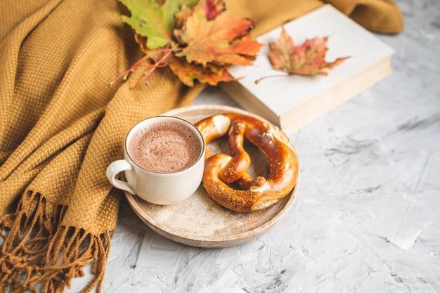 Chocolate quente tempo outono com padaria pretzel cobertor folhas amarelas