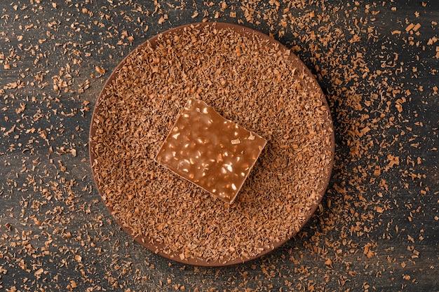 Chocolate ralado com barra de chocolate em um prato