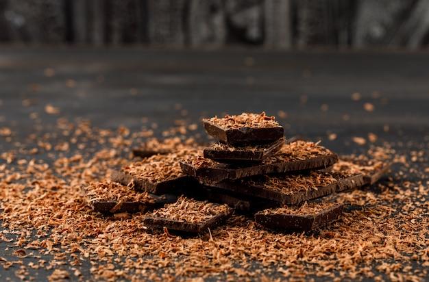Chocolate ralado com barras de chocolate