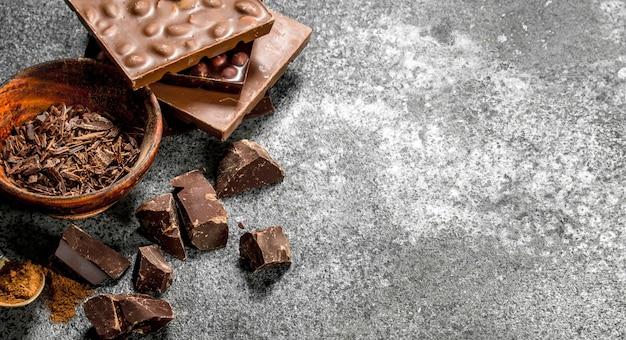 Chocolate ralado em uma tigela na mesa rústica.