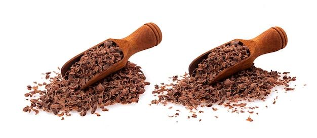 Chocolate ralado. pilha de chocolate moído em colher de madeira, isolado no fundo branco com traçado de recorte, close-up