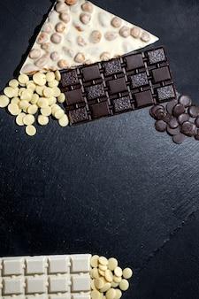 Chocolates artesanais de luxo de banner rústico e três tipos de chocolate com vinheta e espaço de cópia.