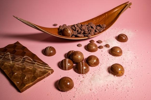 Chocolates artesanais e doces em preparação.