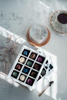Chocolates artesanais e trufas de avelã, frutas secas, limão, chocolate