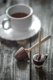 Chocolates com xícara de chá
