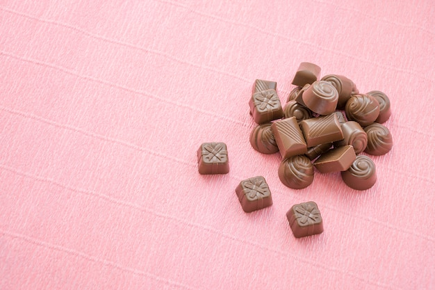 Chocolates conjunto pilha colocada na rosa