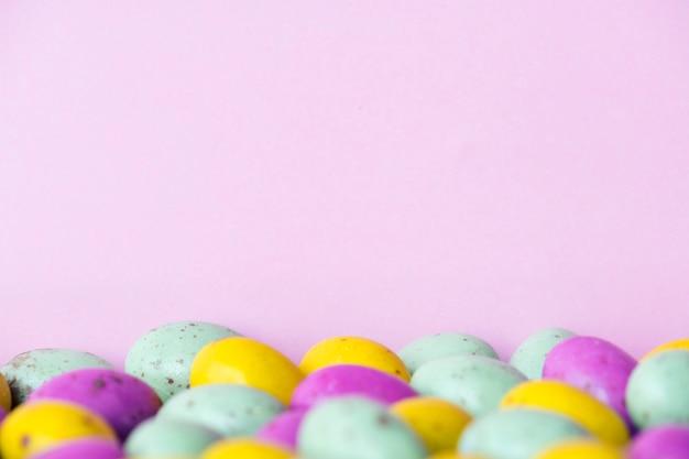 Chocolates de bola de feijão de ovo com textura de fundo