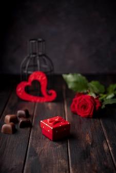 Chocolates de dia dos namorados em forma de coração com presente e rosa