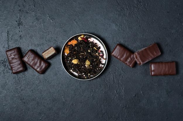 Chocolates e chá preto com ervas.