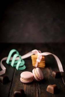 Chocolates em forma de coração com macarons e espaço para texto