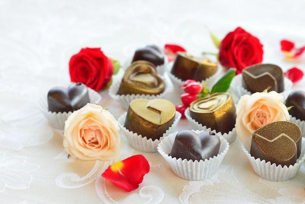 Chocolates em forma de coração feitos de leite e chocolate preto