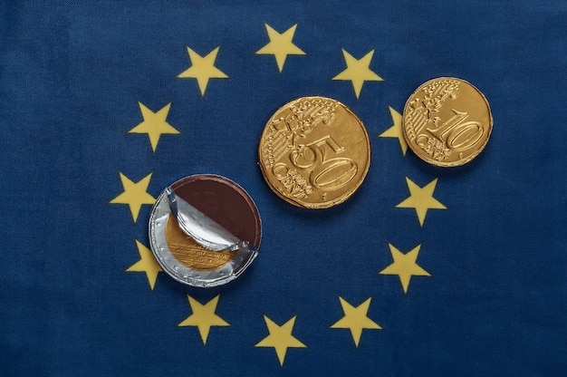 Chocolates em forma de moedas de euro na bandeira da união do euro
