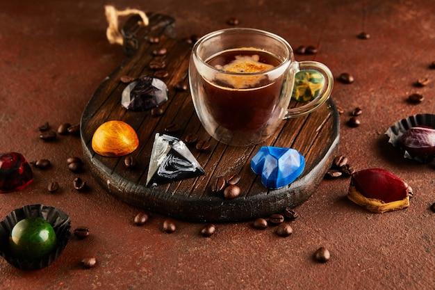 Chocolates em forma de pedras preciosas com uma xícara de café expresso. presente para são valentim