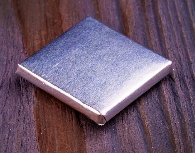 Chocolates embrulhados em papel alumínio isolado no fundo branco.