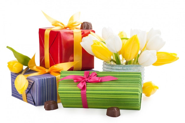 Chocolates, presentes e tulipas