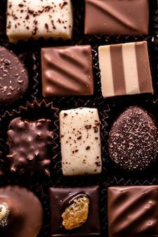 Chocolates suíços em caixa de presente vários bombons de luxo feitos de chocolate escuro e orgânico ao leite em chocolaterie na suíça comida de sobremesa doce como presente de natal e marca de confeitaria premium