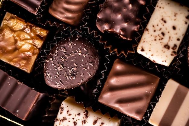 Chocolates suíços em caixa de presente vários bombons de luxo feitos de chocolate escuro e orgânico de leite em chocolate ...
