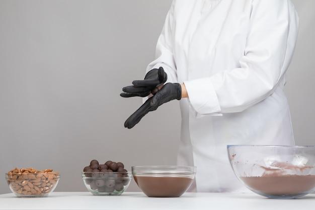Chocolatier fazendo trufas de chocolate amargo
