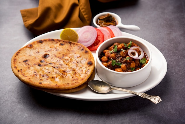 Chole com aloo paratha ou alu parantha, receita de comida popular do norte da índia servida quente com picles de manga