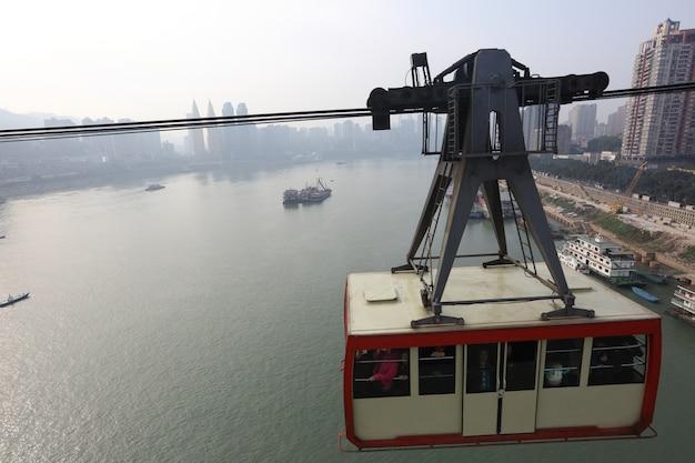 Chongqing, china, cafés do teleférico sobre o rio yangze