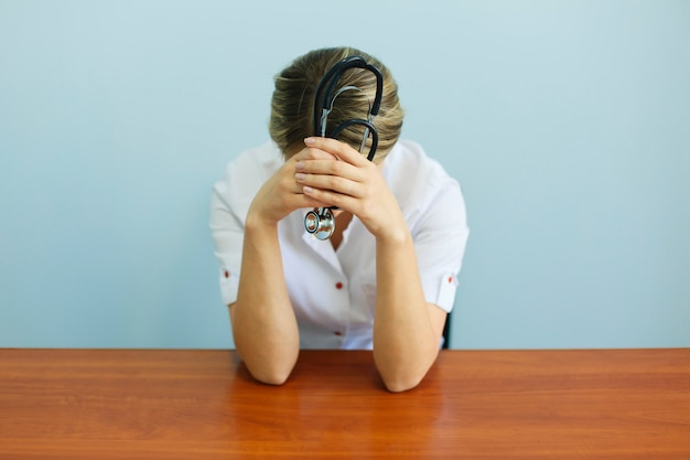Chorando infeliz chateado enfermeira médica. doutor triste e deprimido tendo a divisão do esforço.