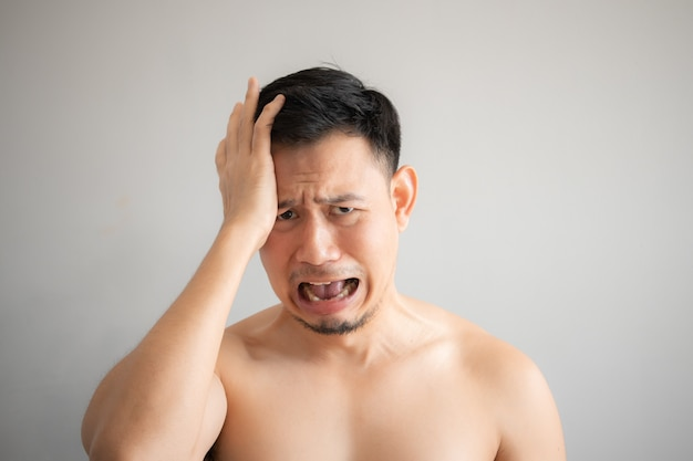 Chorar e triste cara de homem asiático em retrato de topless isolado em fundo cinza