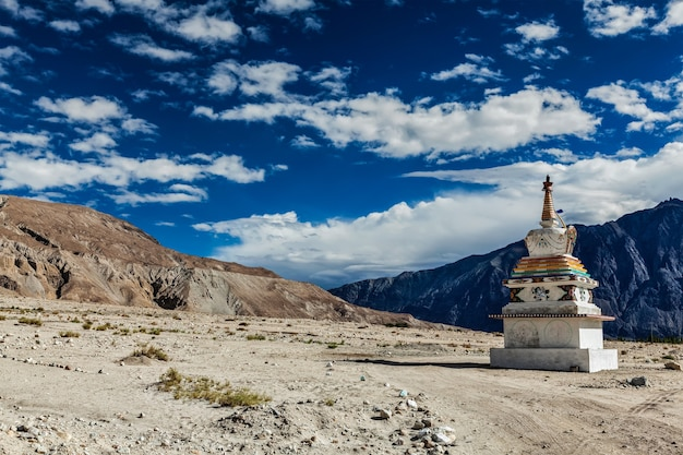 Chorten no himalaia, vale nubra, ladakh, índia