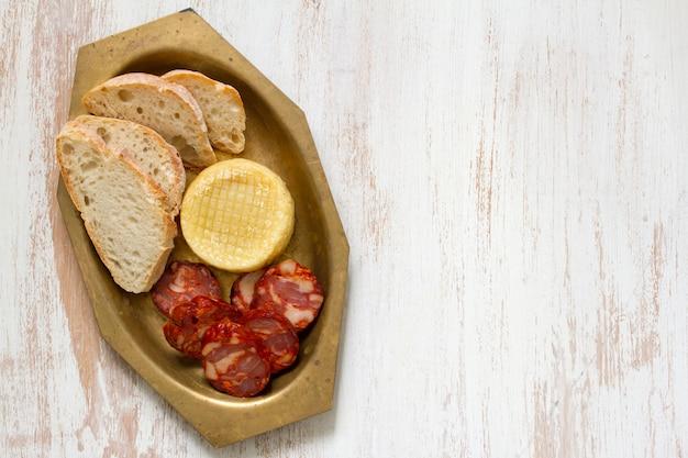 Chouriço com queijo e pão
