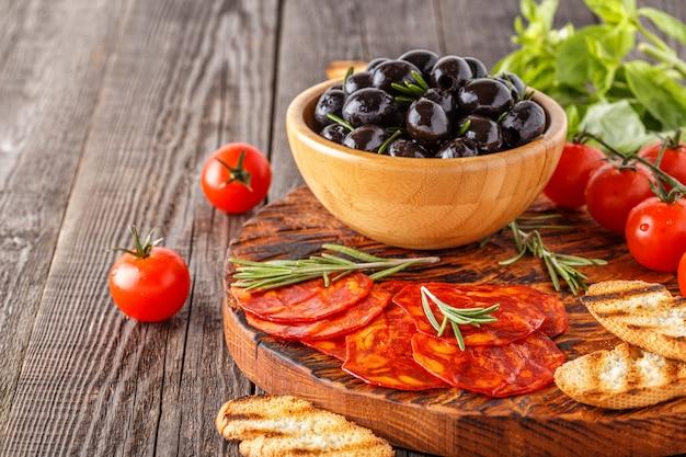Chouriço tradicional espanhol com ervas frescas, azeitonas, tomates.