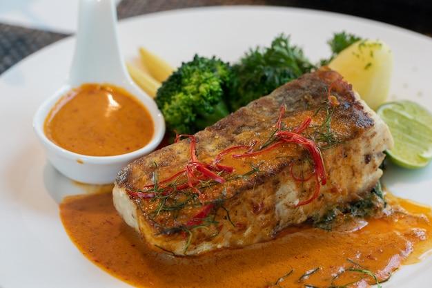 Chuchie peixe em um prato branco