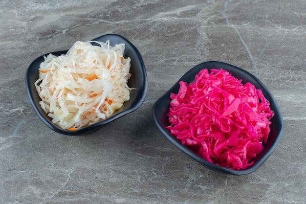 Chucrute caseiro com cenoura e salada de repolho com beterraba.