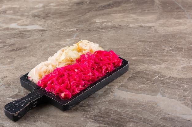 Chucrute de vegetais fermentados colocado na mesa de pedra.