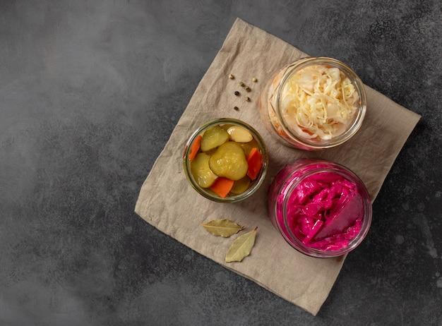 Chucrute diferente e pepinos em conserva em frascos em uma toalha de linho probiotics food concept