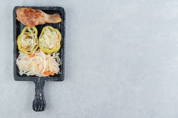 Chucrute e coxa de frango frito no quadro negro.