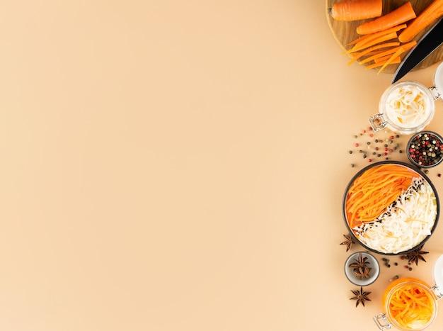 Chucrute fermentado de aldeia caseira e cenoura coreana. erva-doce, pimenta preta e vermelha. salada de vegan em uma tigela de cerâmica. conceito de saúde intestinal de probióticos. superalimento em fundo bege criativo, copie o espaço.