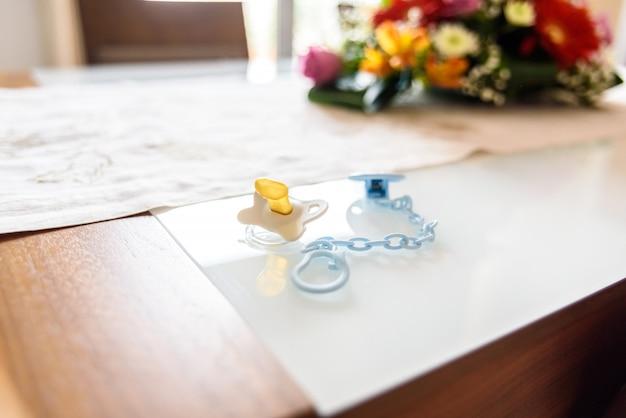 Chupeta de bebê não utilizada em uma mesa