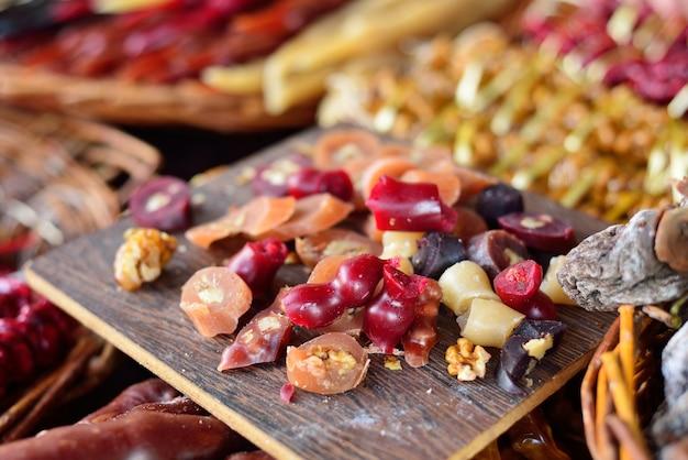 Churchkhelas pedaços closeup. churchkhela no bazar. uma pilha de doces orientais.