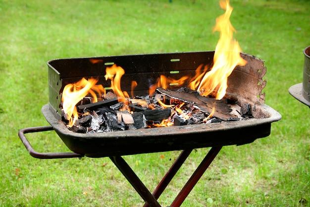 Churrasco ardente pronto para cozinhar