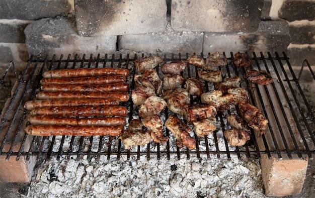 Churrasco caseiro na natureza. assar carne em uma grade close-up.